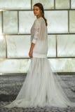 Модельный представлять на всходах lookbook RIVINI во время собрания падения 2015 Bridal Стоковая Фотография