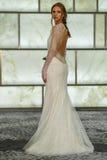 Модельный представлять на всходах lookbook RIVINI во время собрания падения 2015 Bridal Стоковые Изображения
