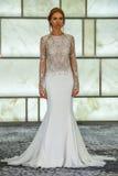 Модельный представлять на всходах lookbook RIVINI во время собрания падения 2015 Bridal Стоковые Изображения RF