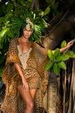 Модельный представлять перед платьем курорта печати тропического дерева нося животным Стоковые Изображения
