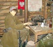 Модельный солдат в зеленой форме Стоковое фото RF
