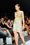 Модельный showcasing конструирует от Swarovski на фестивале 2011 моды Audi Стоковые Изображения