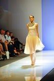 Модельный showcasing конструирует от Swarovski на фестивале 2011 моды Audi Стоковая Фотография