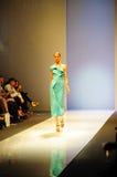 Модельный showcasing конструирует от Swarovski на фестивале 2011 моды Audi Стоковое Изображение