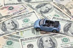 Модель автомобиля на куче банкнот доллара США Стоковое фото RF