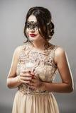 Модель брюнет моды красоты стильная в элегантном платье с длиной Стоковое Фото