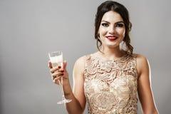 Модель брюнет моды красоты стильная в элегантном платье с длиной Стоковое фото RF