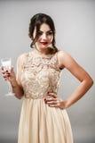 Модель брюнет моды красоты стильная в элегантном платье с длиной Стоковое Изображение RF