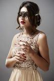 Модель брюнет моды красоты стильная в элегантном платье с длиной Стоковые Изображения RF