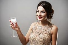 Модель брюнет моды красоты стильная в элегантном платье с длиной Стоковые Фото