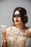 Модель брюнет моды красоты стильная в элегантном платье с длиной Стоковые Изображения
