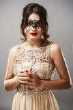 Модель брюнет моды красоты стильная в элегантном платье с длиной Стоковая Фотография