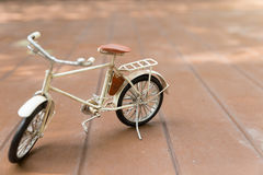 модель велосипеда на деревянном поле Стоковые Изображения RF