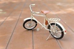модель велосипеда на деревянном поле Стоковое фото RF