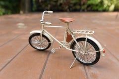 модель велосипеда на деревянном поле Стоковое Изображение