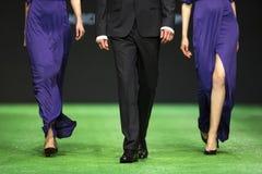 Модель взлётно-посадочная дорожка модного парада красивая Стоковые Изображения