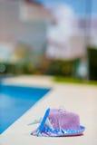 Модель воздушных судн и шляпа соломы фиолетовая около бассейна на лете Стоковое Фото