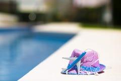 Модель воздушных судн и шляпа соломы фиолетовая около заплывания Стоковые Изображения
