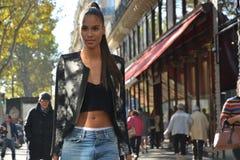 Модель во время недели моды Парижа Стоковые Изображения