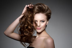 модель волос длинняя Стиль причёсок скручиваемостей волн Женщина красоты с длинными здоровыми и сияющими ровными черными волосами стоковое фото rf