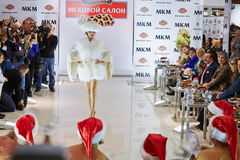 Модель выполняет платье меха от нового собрания Стоковое Фото