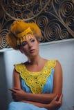 Модель в желт-голубом платье Стоковая Фотография