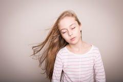 Модель девушки ребенка с естественными красивыми длинными прямыми волосами Стоковые Фото