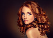 Модель девушки с длинными курчавыми красными волосами Стоковые Изображения RF