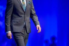 Модель делового костюма взлётно-посадочная дорожка модного парада красивая Стоковая Фотография
