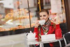 Модель женщины с чашкой горячего питья Стоковое Фото
