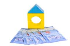Модель и банкноты дома. Стоковые Фотографии RF