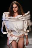 Модель идет взлётно-посадочная дорожка во время выставки Vivienne Westwood как часть недели моды Парижа стоковые изображения