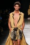 Модель идет взлётно-посадочная дорожка во время выставки Vivienne Westwood как часть недели моды Парижа стоковые фото