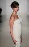 Модель идет взлётно-посадочная дорожка на модный парад Мэттью Кристофера во время собрания падения 2015 Bridal Стоковые Изображения