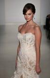 Модель идет взлётно-посадочная дорожка на модный парад Мэттью Кристофера во время собрания падения 2015 Bridal Стоковое фото RF