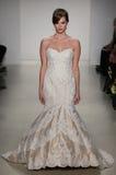 Модель идет взлётно-посадочная дорожка на модный парад Мэттью Кристофера во время собрания падения 2015 Bridal Стоковое Фото