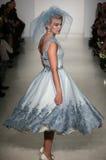 Модель идет взлётно-посадочная дорожка на модный парад Мэттью Кристофера во время собрания падения 2015 Bridal Стоковая Фотография