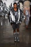 Модель идет взлётно-посадочная дорожка на модный парад Blonds Стоковые Фото