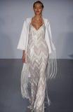 Модель идет взлётно-посадочная дорожка на модный парад Hayley Paige во время собрания падения 2015 Bridal Стоковое Изображение