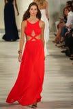 Модель идет взлётно-посадочная дорожка нося весну 2016 Ральф Лорен во время недели моды Нью-Йорка стоковые фото