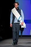 Модель идет взлётно-посадочная дорожка для собрания Josep Abril на неделю моды 080 Барселона Стоковое Изображение