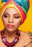 Модель красивого этнического afrom американская молодая нося тюрбан Стоковое Изображение RF
