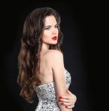 Модель красотки Красивое сексуальное брюнет с красными губами, длинное здоровье Стоковые Изображения RF