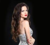 Модель красотки Красивое сексуальное брюнет с красными губами, длинное здоровье Стоковое Изображение RF