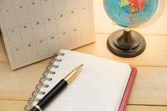 Модель-макеты зарывают, calendar и пишут установку пустой тетради на деревянную предпосылку Стоковая Фотография