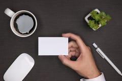 Модель-макет белых визитных карточек в руке ` s человека Стоковое Фото