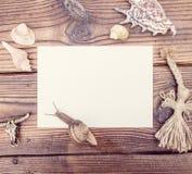Модель-макет винтажного стиля rustical с листом старого чистого листа бумаги на деревянной текстуре Стоковая Фотография