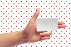 Модель-макет карточки левого женского пробела владением руки белый Pla SIM клетчатый Стоковое Фото