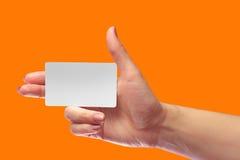Модель-макет карточки правого женского пробела владением руки белый SIM клетчатое Стоковое Изображение