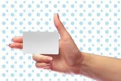 Модель-макет карточки правого женского пробела владением руки белый SIM клетчатое Стоковое Изображение RF
